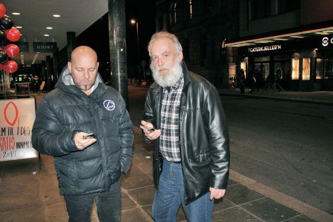 <p>RAMMET: Frank Andersen (t.v.) og Morten Tollefsen hadde en viktig telefonsamtale å ta, men kom aldri så langt torsdag kveld. Foto: CATHRINE EKEHAUG</p><p><br/></p>
