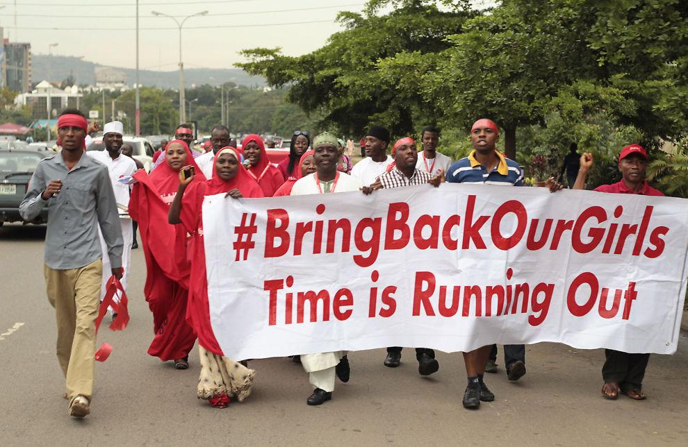 <p>KREVER LØSLATELSE: Deltakere i #BringBackOurGirls-kampanjen, som har som mål å frigjøre de over 200 bortførte skolejentene, fotografert under en demonstrasjon i Nigerias hovedstad Abuja tidligere i oktober.</p>