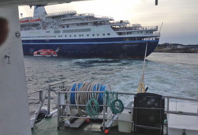 SLEPES: Bildene er tatt av mannskapet på RS Det Norske Veritas som forsøker å få skipet fritt fra grunnen.