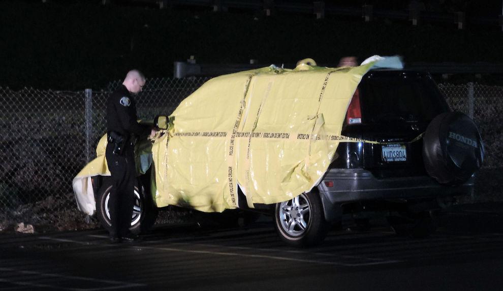 <p>KJØRTE DENNE BILEN: Politiet jager de to mennene som kjørte denne bilen, som passer med vitnebeskrivelser og som har skader som samsvarer med en påkjørsel.<br/></p>