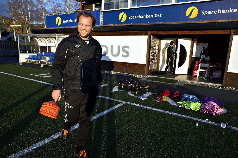 <p>VIL IKKE SNAKKE OM MADRID-BESØKET: Pappa Hans Erik Ødegaard ønsker ikke å bekrefte opplysningene om at han og Martin Ødegaard i dag besøkte Real Madrid. Her fra trening med Mjøndalen i forrige uke - der 40-åringen er assistenttrener.<br/></p>
