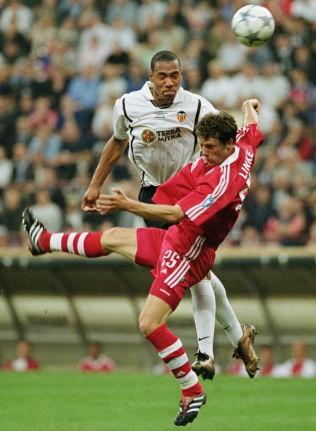 <p>FINALE: 23. mai 2001, som 21-åring, spilte John Carew finale i Champions League. Her i duell med Thomas Linke hos Bayern München.<br/></p>
