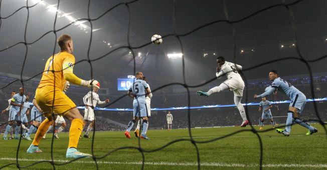 <p>NEDTUREN STARTER: Her scorer Seydou Doumbia på Joe Hart etter bare to minutter. det startet en fryktelig kveld for Manchester City.</p>
