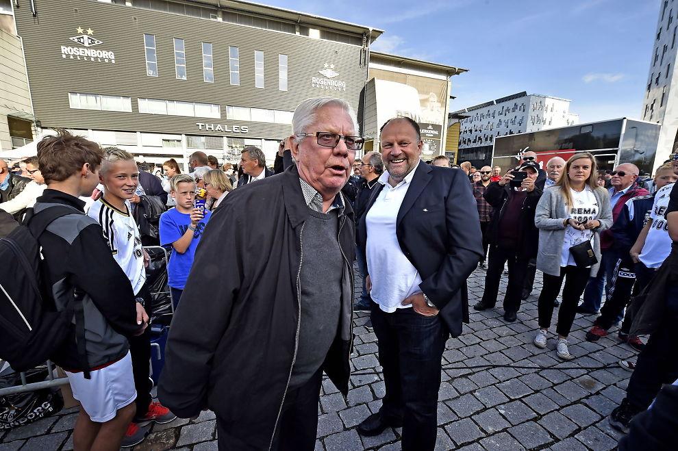 <p>RASER MOT NORSK TOPPFOTBALL: Nils Arne Eggen er dundrende uenig i forslagene om å kutte ned antall lag i Tippeligaen og flytte cupfinalen til mai. Her er den tidligere Rosenborg-treneren sammen med styreleder Ivar Koteng i forbindelse med avdukingen av Nils Arnes Plass utenfor Lerkendal tidligere i år.</p>