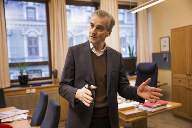 <p>FÅR SKATTEKRITIKK: Ap-leder Jonas Gahr Støre på kontoret sitt på Stortinget fredag. FOTO: FRODE HANSEN/VG</p>