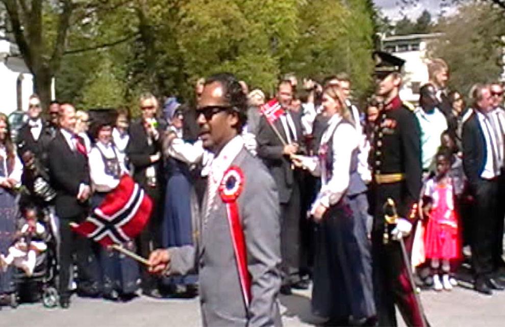 <p>FEIRET: I fjor høst ble den tidligere Ap-politikeren Benjamin Ahmed (34) utvist fra Norge og fratatt statsborgerskapet han hadde bløffet seg til. I år satt Ahmed i 17. mai-komiteen på Hamar - og på nasjonaldagen gikk han i tog.<br/></p>