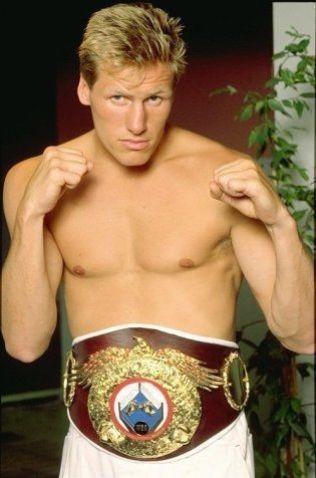 HISTORISK: Avdøde Magne Havnaa poserer med WBO-tittelen i cruiservekt som han sikret seg i 1990. Til nå har ingen andre norske herreboksere klart å ta en VM-tittel. Om noen år får kanskje sønnen Kai Robin sjansen.