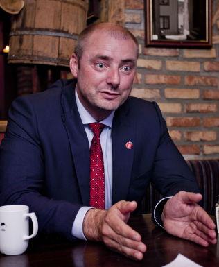 <p>STÅR PÅ SITT: Arbeidsminister Robert Eriksson mener det er riktig å kutte i barnetillegget til uføre. Her er han fotografert under Arendalsuka tidligere i år.</p>