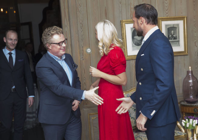 <p>BOKBRANSJE: Forlegger Vidar Kvalshug hilser på kronprins Håkon, og Fritt Ord-direktør Knut Olav Åmås står for tur.</p>
