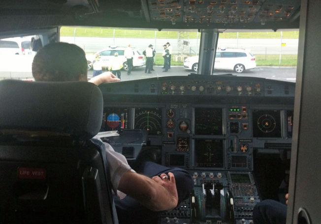 <p>VAR ISOLERT: Politiet tok oppstilling rundt flyet som kom fra Paris lørdag formiddag. Flyet ble frigitt ved 14.20-tiden, etter at en lege slo fast at den aktuelle passasjeren ikke var smittet med ebola.<br/></p>