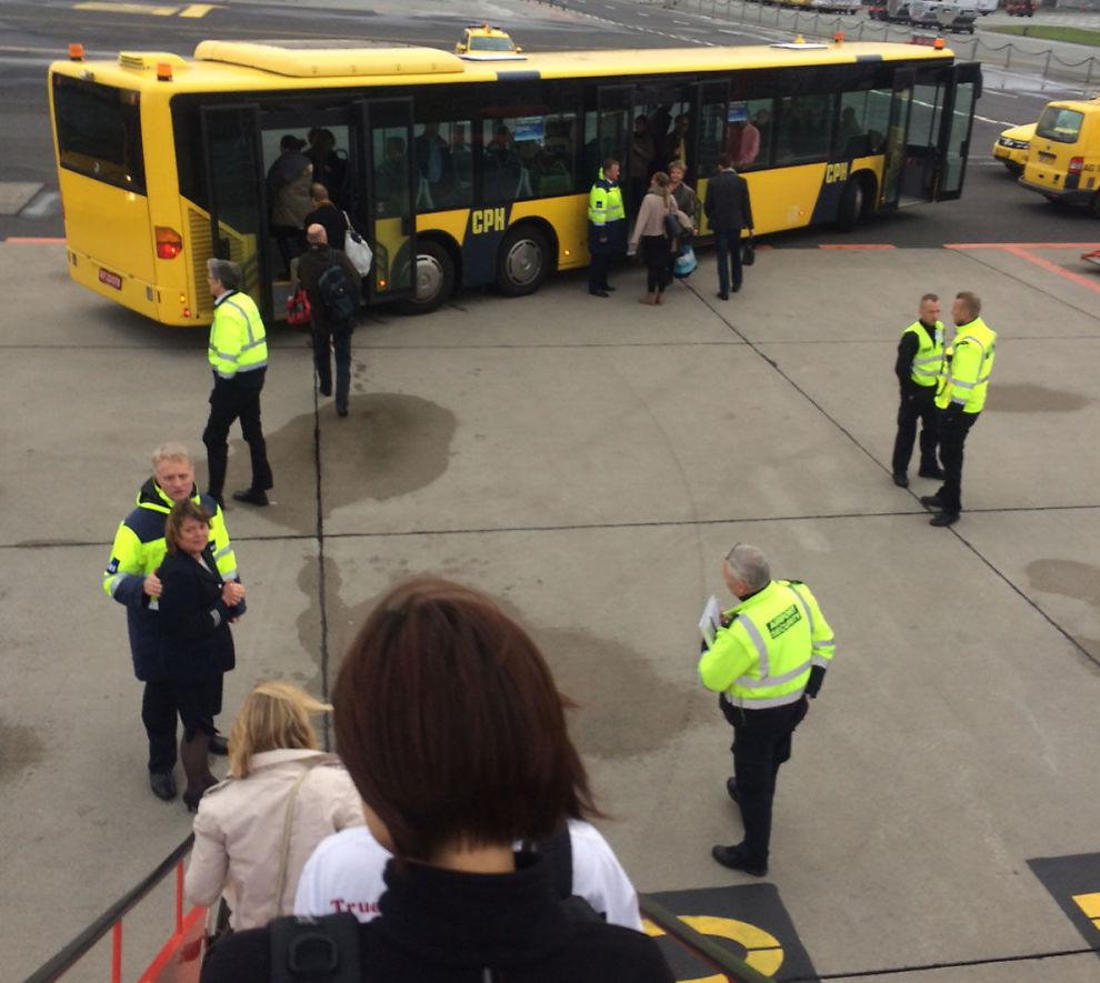 <p>ENDELIG UTE: Ved 14.20-tiden fikk passasjerene forlate SAS-flyet fra Paris til København.</p>