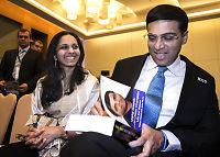 Fru Anand beskyttet mannen mot journalistene etter VM-tapet
