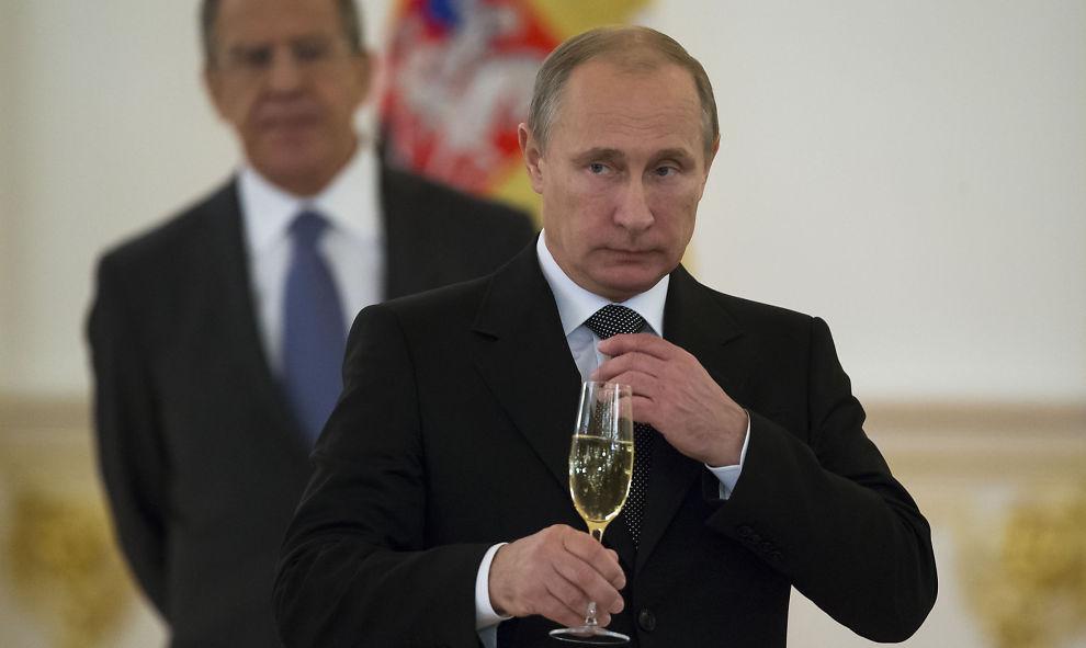 <p>FESTKLAR: Det har lenge gått rykter om at Vladimir Putin ville vise seg under sjakk-VM. Tirsdag kommer han til Sotsji.</p>