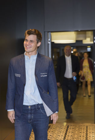 <p>GOD CARLSEN-DAG: Magnus Carlsen var godt fornøyd etter VM-partiet søndag. Han feiret VM-tittelen med fest på hotellet i Sotsji.</p>