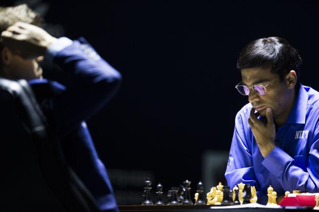 <p>ER MED: Viswanathan Anand, som til slutt måtte gi tapt for Magnus Carlsen for annen gang på ett år, skal også møte Vladimir Putin tirsdag.</p>