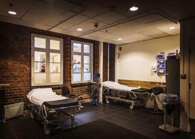 <p>HER SKJEDDE DET: I dette rommet, rett innenfor ambulanseinngangen, oppsto basketaket som førte til Ares død.</p>
