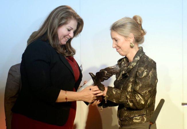 <p>UTMERKELSE: Diana Nammi (til venstre) mottok 13. oktober i år utmerkelsen «Barclays Women of the Year Award», for sitt mangeårige arbeid for kurdiske kvinners rettigheter.</p>