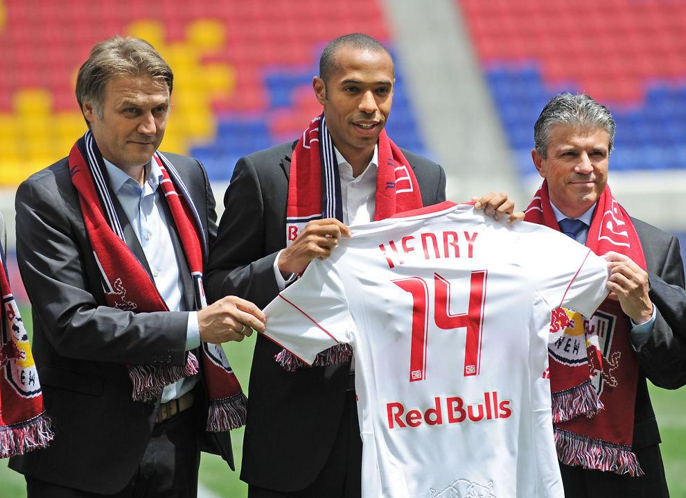 <p>HENTET HENRY: Thierry Henry blir presentert som New York Red Bulls-spiller i juli 2010. Red Bull-sjef Dietmar Beiersdorfer (t.v) og Erik Soler (t.h) er fornøyde.<br/></p>