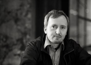 <p>REAGERER STERKT: Rune Berglund Steen i Antirasistisk Senter reagerer kraftig på tekstmeldingen Gustavsen fikk, og mener holdningene må ryddes opp i.</p>