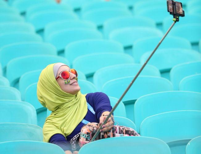 <p>ENKLERE POSERING: Denne kvinnen benyttet selfie-stangen til å ta bilde av seg selv på stadion før kampen mellom Tyskland og Portugal i VM i Brasil.</p>