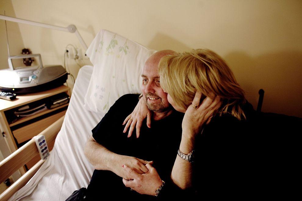 <p>SISTE ØNSKE: Toril Mjanger gir sin ektemann, Tommy Berg, en klem, bare noen få dager før han døde lille julaften. I fem år har hun kjempet for at skadelidte skal få hele erstatningen.</p>