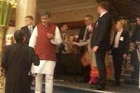 Her hilser aktivist-Adán på Malala kort tid før Nobel-seremonien