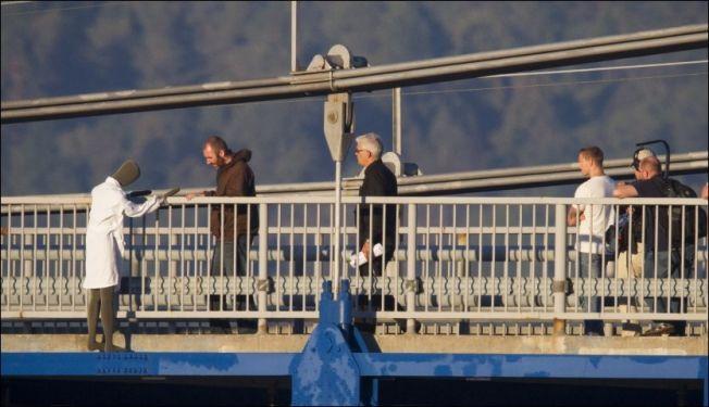 <p>REKONSTRUKSJON: Tiltalte Lars Trøen van Hoegee gir politiet sin versjon av hva som skjedde på Brevik-broen natt til 3. august 2013.<br/></p>