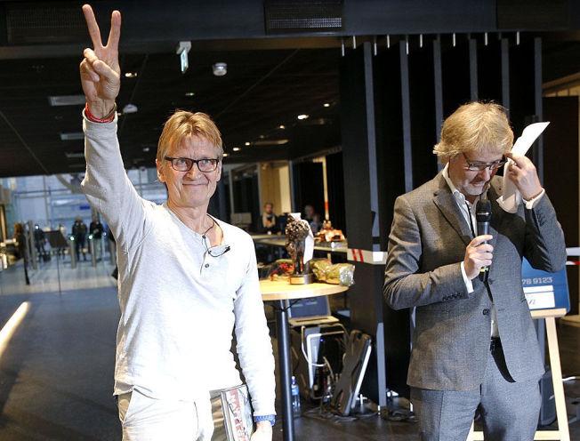 <p>HEDRES: VGs sjefredaktør Torry Pedersen overrakte prisen for Årets navn 2014 til Mads Gilbert under en tilstelning i VG fredag formiddag.</p><p><br/></p><p></p>