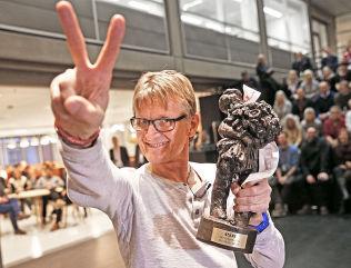 """<p>VINNER: Mads Gilbert med den synbare beviset på at han er kåret til Årets navn i VG i 2014: statuetten «Gutten med rosebuketten"""". Prisen ble overrakt under en tilstelning i VG ved 14.30-tiden fredag.</p>"""