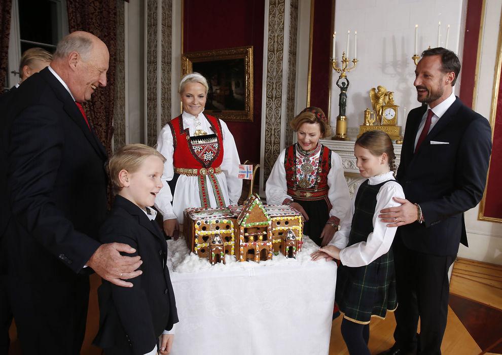<p>JULEFOTOGRAFERING: Kongefamilien samlet til fotografering på Slottet i Oslo på ettermiddagen julaften. Kong Harald, Marius Borg Høiby, kronprinsesse Mette-Marit, kronprins Haakon, prins Sverre Magnus, dronning Sonja og prinsesse Ingrid Alexandra beundrer pepperkakeslottet levert av Fridheim barnehage i Oslo.</p>