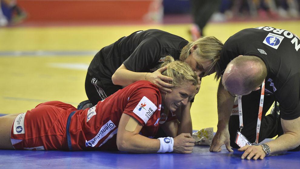<p>SKADET: Ida Alstad ble skadet i kveldens cupfinale i Danmark. Her tar hun telling under håndball-EM for kvinner tidligere denne måneden, i kampen mot Ungarn.</p>