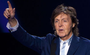 <p>AKKOMPAGNERER: Sir Paul McCartney.</p>