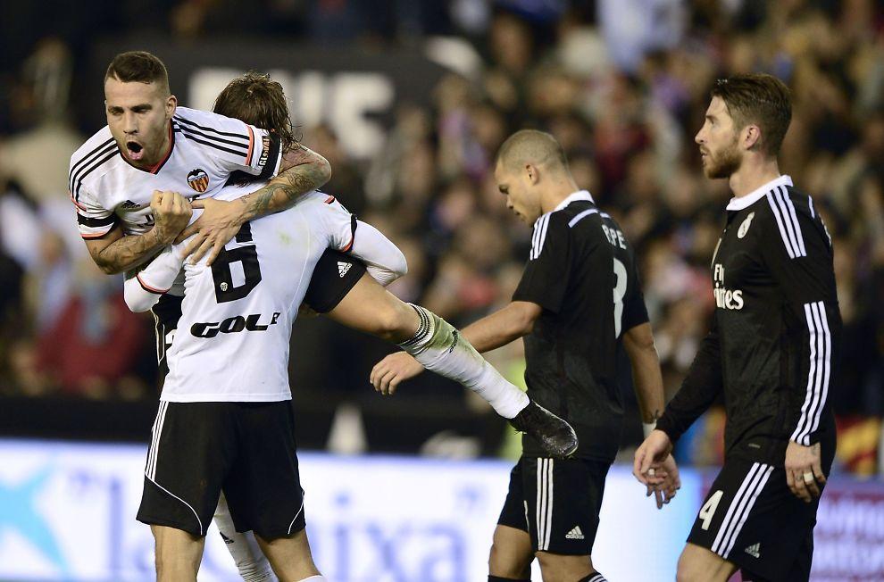<p>STOPPET «USTOPPELIGE» REAL: Nicolas Otamnedi (t.v.) og Lucas Orban kunne juble med god grunn på Mestalla søndag. De er nemlig det første laget som har stoppet Pepe, Sergio Ramos og Real Madrid siden september. Hovedstadslaget kom fra 22 strake seirer før det ble tap mot Valencia.<br/></p>