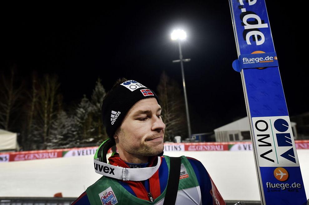 <p>LEI AV DRESSBRÅKET: Anders Jacobsen, som hoppet lengst av alle med hele 139,5 meter i kvalifiseringen i Bischofshofen mandag kveld, innrømmer at alt styret rundt hoppdressen har tatt litt energi.<br/></p>