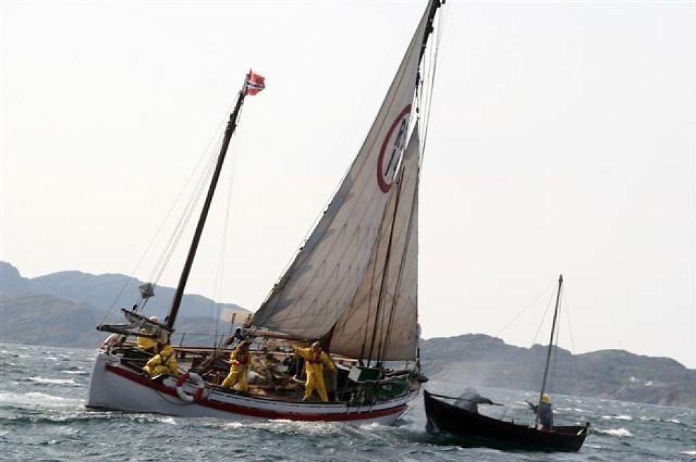 <p/><p>REDNINGSAKSJON: Motivet på den nye 500-kroneseddelen er hentet fra en rekonstruert redningsaksjon til havs. Roar Moe sitter ved roret i den lille båten hvor redningsskøyta «RS Stavanger» reddet en 130 år gammel åpen fiskebåt.</p><p/>