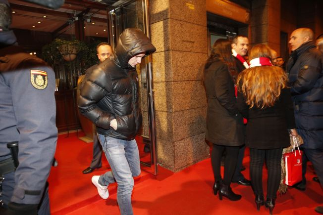 <p>VIP-BEHANDLING: Real Madrid rullet ut den røde løperen for Martin Ødegaard. Forrige onsdag var han til stede som klubbens gjest i cupkampen borte mot byrival Atlético. Her forsøker han å snike seg umerket forbi det ventende pressekorpset - uten hell.</p>