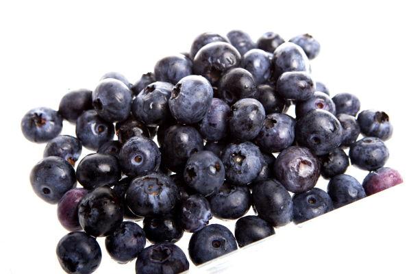 ANTIOKSIDANTER: Hudlege Rolah Lønning anbefaler blant annet å spise bær med høyt innhold av antioksidanter, for å forebygge rynker. - Jeg anbefaler også å få i seg nok vitamin C, E og D, i tillegg til omega3, sier hun. Foto: Jan Petter Lynau/VG