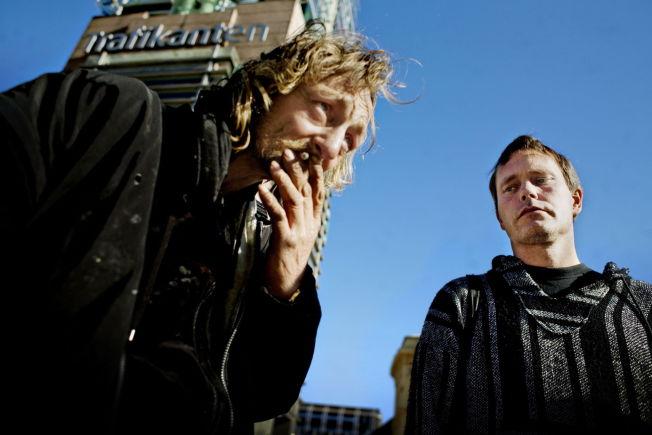 <p>PÅ GATA: Arild kjenner de fleste rusmisbrukerne i Oslos gater. Her møter han narkomane Knut i Karl Johans gate i 2009.<br/></p>