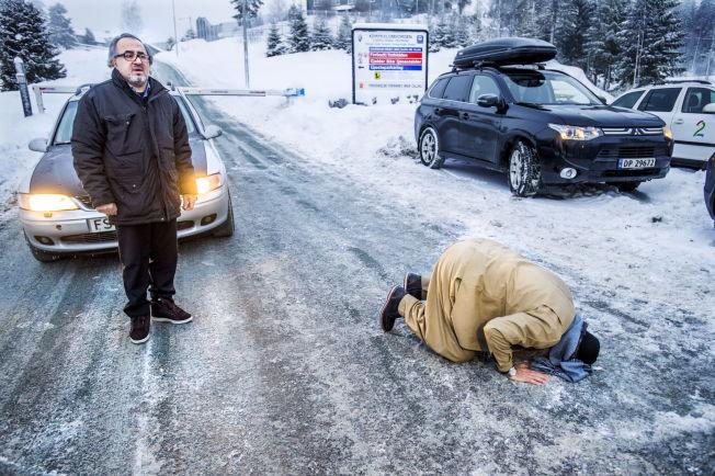 <p>GLAD: Mulla Krekar kysset bakken utenfor Kongsvinger fengsel etter at han ble løslatt forrige søndag. Så dro han fra stedet sammen med broren Faraj Ahmad Khalid (t.v.h).</p>