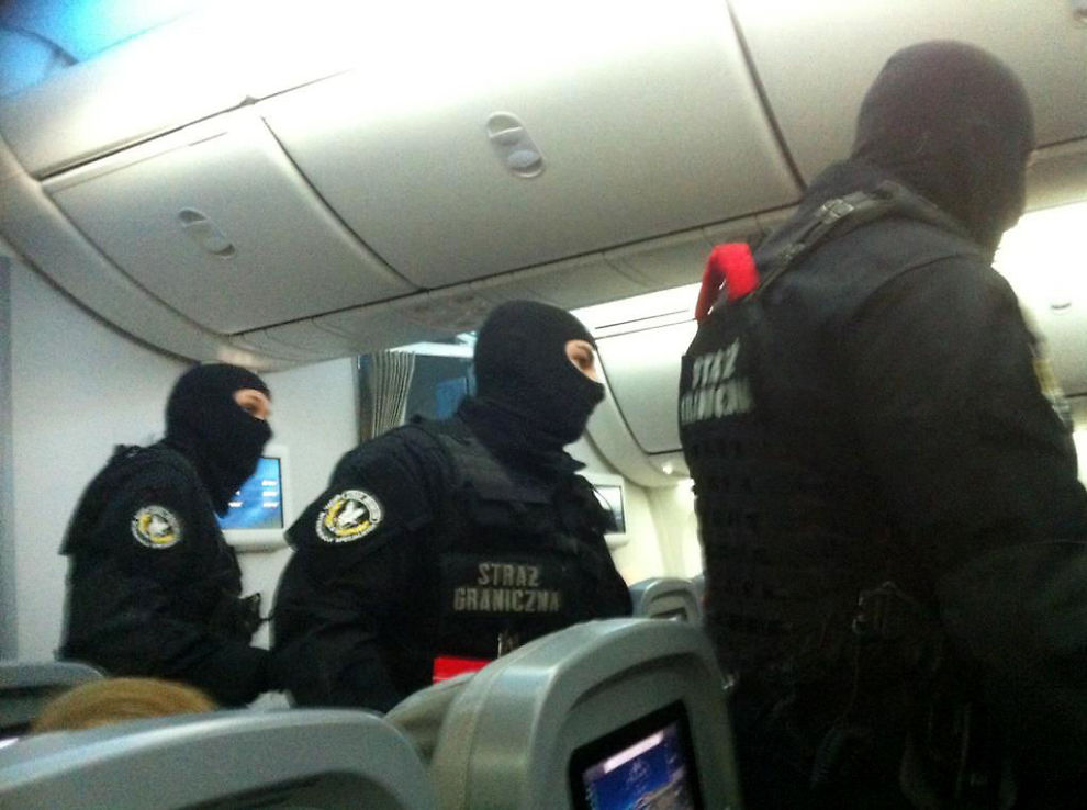 <p>HENTET UT: Ifølge et vitne som VG har snakket med skal fem uniformerte menn ha hentet ut den voldelige mannen etter landing på flyplassen i Warszawa.<br/></p>