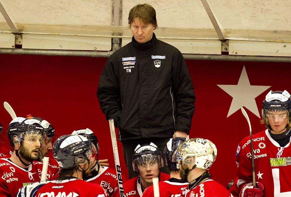 <p>FIKK SPARKEN: Lillehammers mangeårige trener Tor Nilsen vil gå til rettssak mot klubben fra OL-byen hvis de ikke blir enig om en annen årsak til at han måtte gå, enn klubbens sviktende økonomi. I kveld slo Lillehammer naborival Storhamar 5-1 på Hamar.<br/></p><p><br/></p>