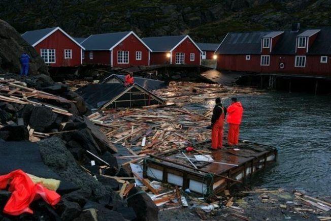<p>2006: Slik så det ut ved Statles Rorbusenter i Mortsund i Vestvågøy etter stormen i 2006. I 2011 ble ytterligere fem rorbuer feid på havet.<br/></p>