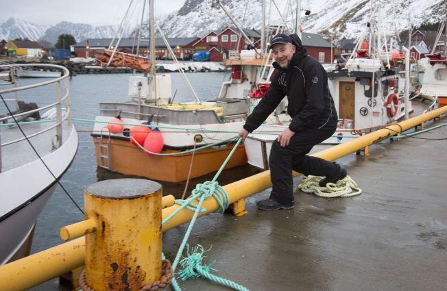 <p>STILLE FØR STORMEN: Fisker Frode Nilsen fra Herøy sikrer sjarken i havna på Ramberg i Lofoten. Lofotfisket får vente til «Ole» har passert.</p>