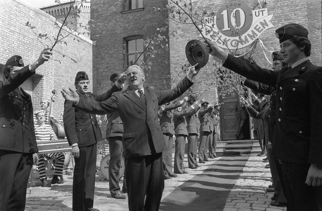 <p>KLASSIKER: Staute politimenn dannet æresgarde for Egon Olsen i Arve Opsahls skikkelse, da filmserien feiret tiårsjubileum for Egons vandring ut og inn av Botsfengselet.</p>