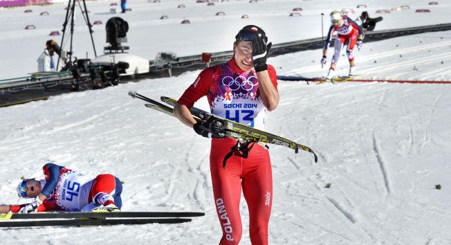 <p>MÅ UT AV POLEN: VG får opplyst at Justyna Kowalczyk må ut av Polen for å trene i skikkelige profesjonelle skiløyper. Her gråter hun av glede etter gull i Sotsji, mens det bare ble 5. plass på en utslitt Marit Bjørgen t.v. I bakgrunnen går Therese Johaug inn til 3. plass og bronse. FOTO: BJØRN S. DELEBEKK/VG.</p>