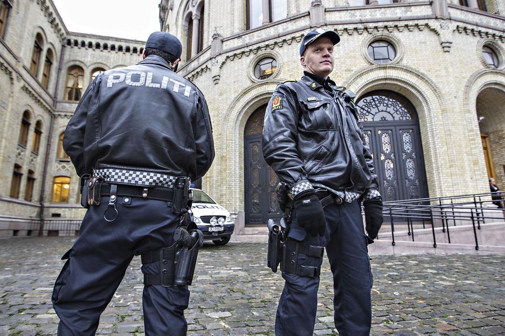 <p>BEDRE BEREDSKAP: Tungt væpnede polititjenestemenn holder vakt foran Stortinget, som snart skal vedta ny politireform.</p>