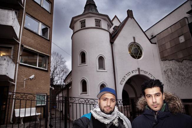 <p>ARRANGERER AKSJON: Zeeshan Abdullah (t.h.) og Ali Chishti tok initiativ til å slå en menneskelig ring rundt synagogen i Oslo. De ønsker å vise at muslimer tar avstand fra jødehetsen.<br/></p>