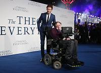 Stephen Hawking hyller Oscar-vinneren på Facebook