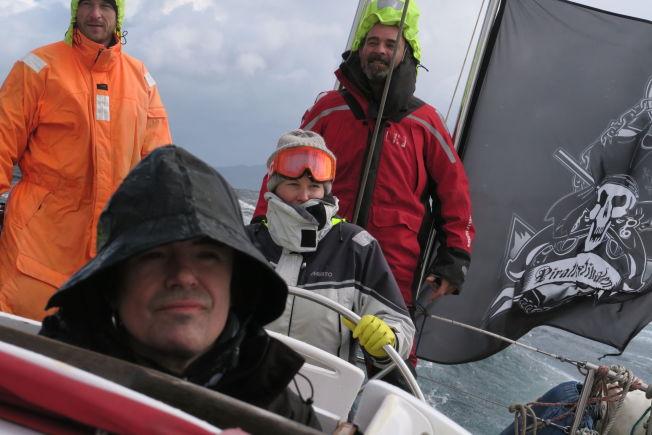 <p>PÅ EKSPEDISJON: Anne Kat. Hærland (i midten med hette) og Petter Baarli (fremst) er for tiden i Antarktis sammen med Jarle Andhøy og resten av besetningen.<br/></p>