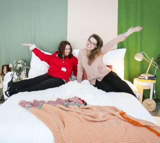 <p>TOPPLEILIGHET: Jeanette Hansen (t.v) sammen med stylist Melissa Hegge i Holmenkolleilighetens dobbeltseng.<br/></p><p><br/></p>